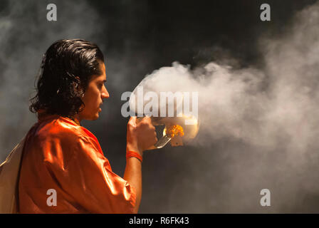 Hundu Pilger Beim Ganga Aarti Zeremonie in Varanasi, Indien - Stockfoto