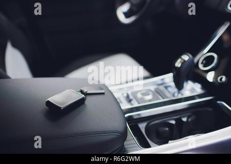 Brandneue Autoschlüssel auf Leder Closeup. Autos-Industrie-Konzept. - Stockfoto