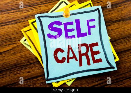 Schreiben Text anzeigen Self Care. Business Konzept für Pflege, für die eigene Gesundheit auf haftnotiz Papier auf dem hölzernen Hintergrund geschrieben. - Stockfoto