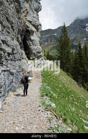 Junge schöne Frau mit Karte auf dem Weg in den Schweizer Alpen - Stockfoto