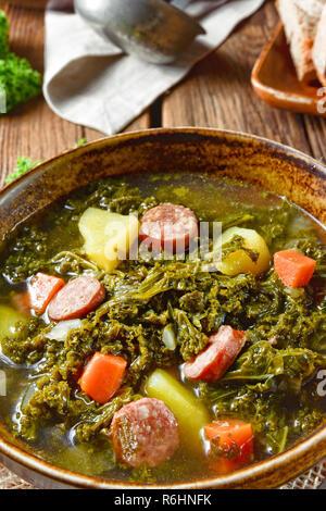 Rustikale kale Suppe mit Fleisch und Wurst - Stockfoto