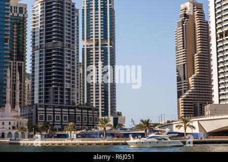 Dubai, Vereinigte Arabische Emirate - Oktober 2018: Wolkenkratzer in Dubai Marina - Stockfoto