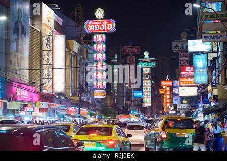 Night Shot von Chinatown in Bangkok, Thailand, mit starkem Verkehr und Leuchtreklamen. - Stockfoto