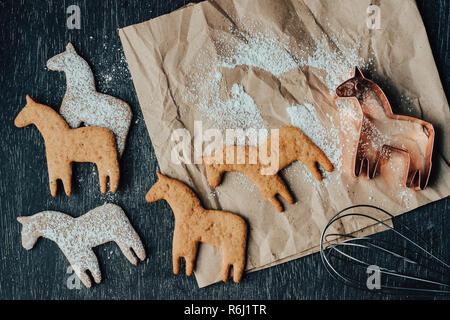Rustikal und unordentliche Zusammensetzung von dala Pferd cookies, Cookie Cutter, auf braunem Papier legen. - Stockfoto