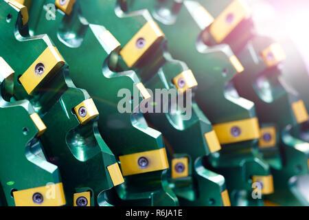 Nahaufnahme auf brandneue Bohrer roller Cutter für das Bohren von Maschinen und Anlagen für die Öl- und Gasindustrie. Moderne Bohrer mit Diamant und Co - Stockfoto