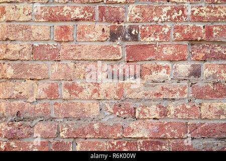 Hintergrund der roten Jahrgang Mauer, Oberfläche close-up. Bunte grunge Textur der Wand mit abblätternden Putz, kopieren Raum