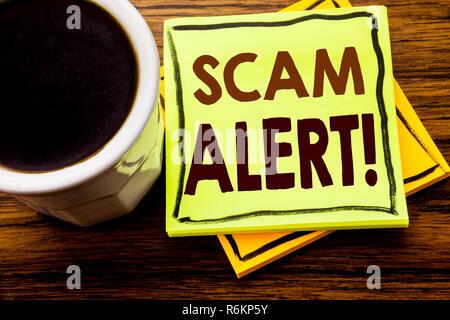Handschriftlichen text übersicht scam Alert. Business Konzept für Betrug Warnung auf haftnotiz Papier geschrieben am Holz Holz Hintergrund mit Kaffeetasse - Stockfoto