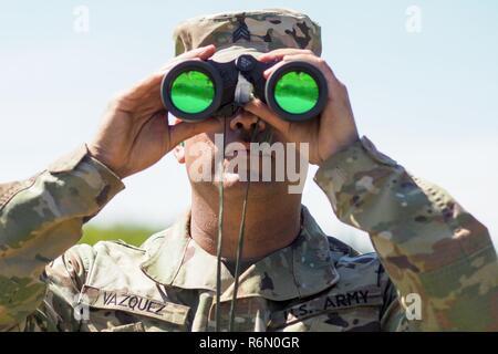 Soldat der us army verwendet fernglas für anti irakische kräfte in