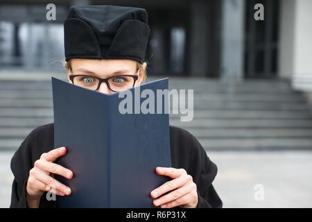 Hübsche, junge Frau mit Freude feiern ihrer Staffelung - cheking ihr Diplom, happy/mit dem Titel erhielt sie (Farbe getonte Bild flach DOF eingeprägt) - Stockfoto
