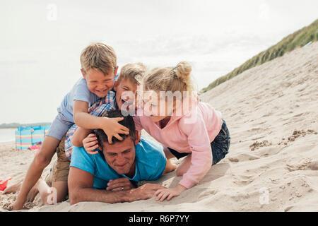 Kinder Holding Vati nach Unten - Stockfoto