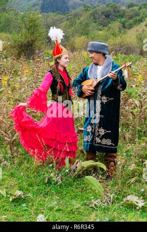 Kasachischen Mann Singen und Spielen dombra Für eine Frau, Kasachischen ethnographische Dorf Aul Gunny, Talgar Stadt, Almaty, Kasachstan, Mittelasien, für editori - Stockfoto