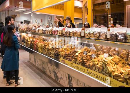 Horizontale Portrait von Kunden innerhalb des Mercato Centrale in Florenz, Italien. - Stockfoto