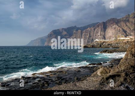 Los Gigantes Felsen Blick vom Piscina naturale in Puerto Santiago. Insel Teneriffa, Spanien - Stockfoto