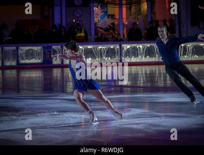 New York, NY USA - Dec 4, 2018. Leistung durch die Olympische Goldmedaillenträger M.Duhamel & E. Radford an Bryan Park 2018 Weihnachtsbaum Zeremonie - Stockfoto