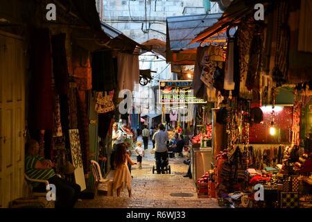 Arabische Geschäfte in der Altstadt von Jerusalem, Geschenkeladen mit traditionellen nahöstlichen Souvenirs, Pilger und Touristen ISRAEL - Stockfoto