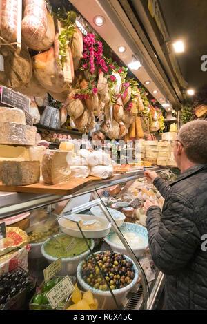 Vertikale Portrait von Kunden innerhalb des Mercato Centrale in Florenz, Italien. - Stockfoto
