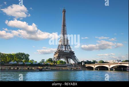 Fluss und Brücke in Paris - Stockfoto