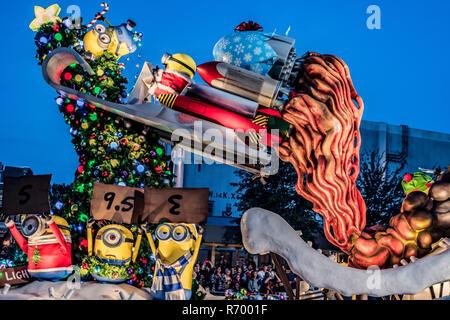 Orlando, Florida - Dezember, 2017: Es ist Weihnachten mit Schergen bei der Universal Holiday Parade mit Macy's - Stockfoto