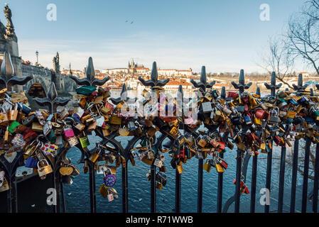 Prag, tschechische Republik - 9. DEZEMBER 2017: Viel Liebe Schlösser Geländer in der Nähe der Karlsbrücke. Dezember 9, 2017, Prag, Tschechische Republik. - Stockfoto
