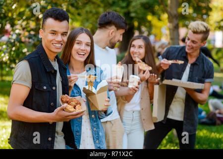Junges Paar genießen Sie ihre Mahlzeit - Stockfoto