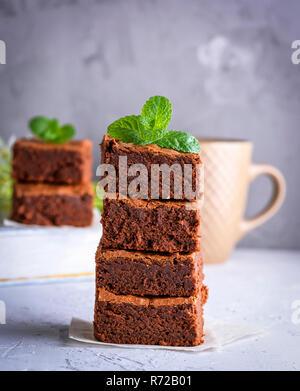 Stapel der quadratische Scheiben gebackene brownie - Stockfoto