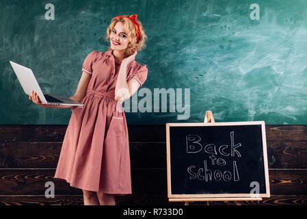 Laptop Konzept. Lehrer neue Technologie auf Lektion verwenden. Glückliche Frau lächeln mit Laptop in der Hand während der Ausbildung. - Stockfoto