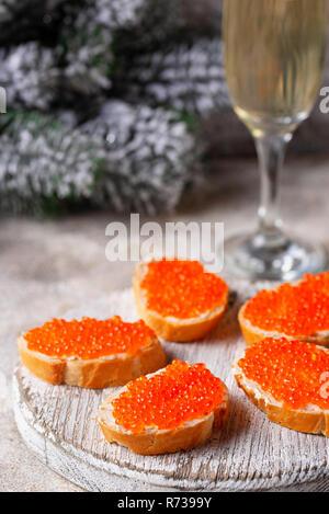 Toast mit roten Lachs Kaviar und Champagner - Stockfoto