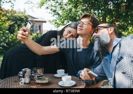 Familie selfie über Kaffee in Terrasse - Stockfoto