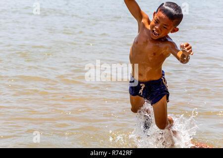 Don Daeng, Laos - April 27, 2018: Lokale Kind in den Mekong Fluss springen - Stockfoto