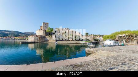 Frankreich, Pyrenees Orientales, Cote Vermeille, Collioure, das Königliche Schloss // Frankreich, Pyrénées-Orientales (66), Côte Vermeille, Collioure, le Château ro - Stockfoto