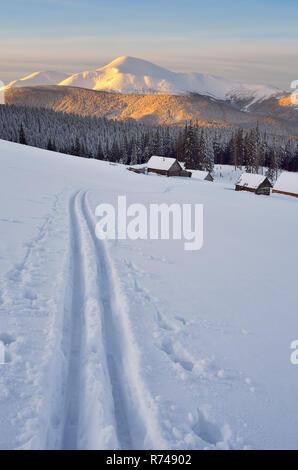 Ski in den Bergen. Traumhafte Winterlandschaft - Stockfoto