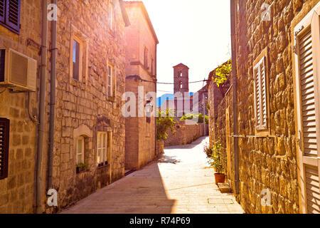 Historische Stadt Ston Straße und Blick auf die Kirche - Stockfoto