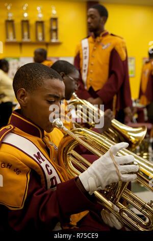 1. November 2007 - New Orleans, USA - Die McDonogh 35 Roneagles Marching Band führen zu einem wichtigen Fußballspiel in New Orleans. McDonogh Nr. 35 Senior High School war der erste High School für afroamerikanische Schüler in der Stadt von New Orleans, Louisiana. Vor 1917, während der Zeit der getrennten Schulsysteme in der südlichen USA, keine öffentlichen High School existierte in New Orleans für Afrikaner Schüler. Interessenten für eine Ausbildung über den achten Grad war einer von drei privaten weiterführenden Schulen der Stadt für Schwarze zu besuchen. Es war in diesem Jahr von 1917, dass ein g - Stockfoto