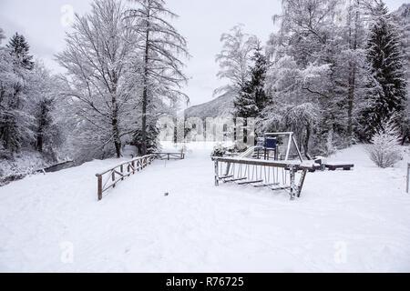 Kinderspielplatz mit Schnee im Winter - Stockfoto