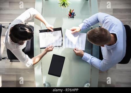 Ansicht von zwei Geschäftsleute Holding fortsetzen - Stockfoto