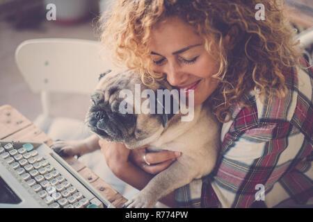 Liebe Konzept für Schöne lockige Blondine mittleren Alters kaukasische Frau und ihren besten Freund alter Hund Mops - Hug und Freundschaft menschliche Tiere - die ungeraden Freunde ein - Stockfoto