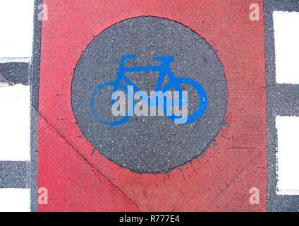 Radweg Markierung auf einem Gehsteig - Stockfoto