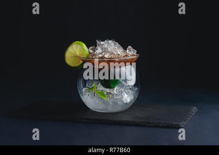 Espresso, Minze und Limette Cocktail in ein modernes Glas Schüssel. Kaffee kalt Brew-Konzept. Der dunkle Hintergrund mit Kopie Raum für ein Menü. - Stockfoto