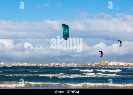 Kite Surfer im El Arenal S'Arenal in der Nähe der Playa de Palma, Platya de Palma, Mallorca, Mallorca, Balearen, Spanien, Europa - Stockfoto