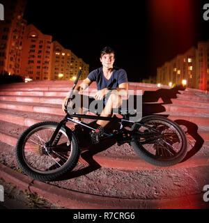 Junge kaukasier Radfahrer mit seinem BMX-Bike auf irban Hintergrund - Stockfoto