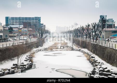 Verschneite Stadt und Fluss im Winter in Suwon, Korea - Stockfoto