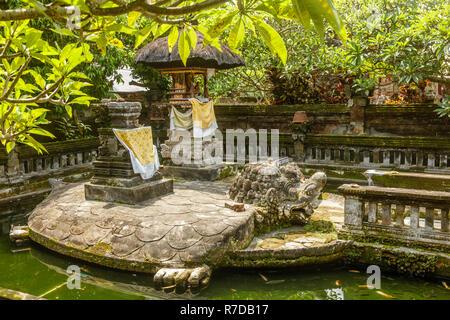 Stein Statue Schildkröte Bedawang Nala mit Altar auf seinen zurück in den Teich im balinesischen Hindu Tempel Pura Puseh Desa Batuan, Gianyar, Bali, Indonesien - Stockfoto