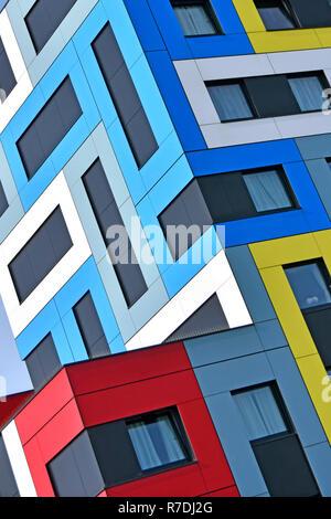 Abstrakte Architektur mit Farbe Formen auf farbenfrohen modernen Studentenwohnheim architektonischen geometrische Muster Ecke detail England Großbritannien