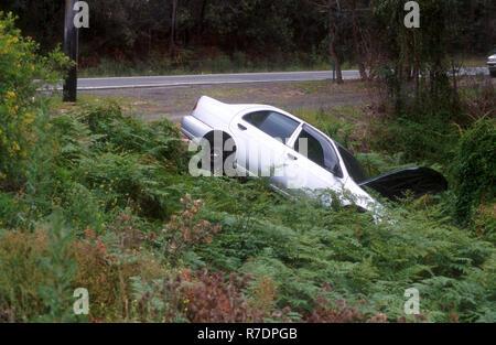 Fahrzeug IN EINEM GRABEN DURCH UNFALL, NEW SOUTH WALES, Australien - Stockfoto
