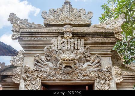 Stein gemeißelt Daemon Kala in Tempel Eingang Dekoration, balinesischen Hindu Tempel Pura Puseh Desa Batuan, Kabupaten Gianyar, Bali, Indonesien - Stockfoto