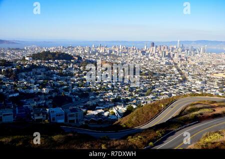 Die Stadt von San Francisco und die Bucht, Ansicht von Twin Peaks, Alcatraz Island, auf der linken Seite am Horizont - Stockfoto
