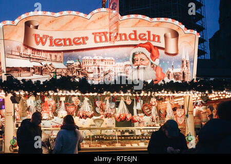Berlin, den 25. Dezember 2017: Verkauf von Süßigkeiten und traditionellen Lebkuchen am Abend auf dem Weihnachtsmarkt in Berlin. Dekoriert. - Stockfoto