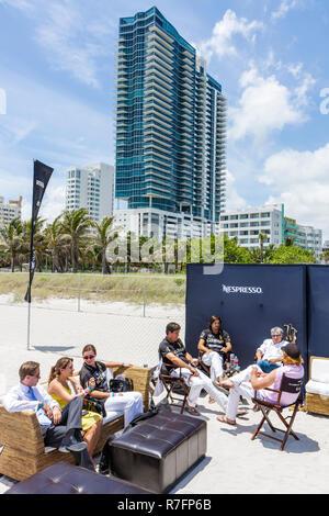 Miami Beach Florida Polo World Cup Spiele sport Pferdesport-Event Sandplatz Turniersponsor Nespresso Spieler Lounge Menschen woma - Stockfoto