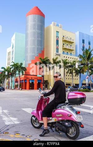 Miami Beach Florida Washington Avenue 5. Fifth Street Kreuzung Frau Roller Urban Classic Rotlicht hörte auf zu Lächeln sehen - Stockfoto