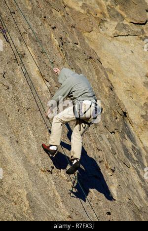 Kletterer absteigend Felswand in Alabama Hills in der Nähe von Lone Pine in der östlichen Sierra Nevada, Kalifornien, USA - Stockfoto